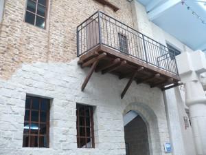 Зданий с балконами здесь очень много