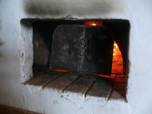А в избе по-настоящему печка топится