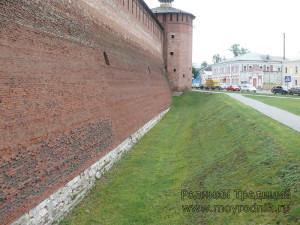 Ров перед стеной был еще одним препятствием на пути неприятеля. Сейчас это склон с ровно постриженной травкой