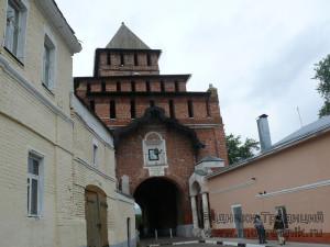 Парадный въезд — Пятницкие ворота. Отсюда началось строительство каменного кремля