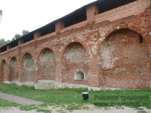 Хорошо видна сводчатая конструкция внутренней стороны крепостных стен. В одном из пролетов находится бойница нижнего уровня