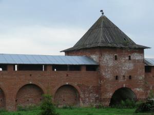 За 500 лет стены и башни ушли в землю, ведь раньше через эти ворота мог спокойно проехать всадник