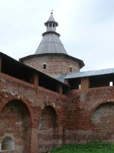 Бойницы на башня расположены по кругу