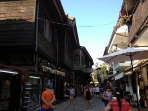 Город живет за счет туризма. У многих горожан первые этажи превращены в торговые лавки.