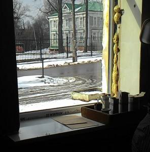 А в окошко виден отреставрированный дом купца Лукутина — он сохранился, и там теперь вторая часть музея, туда мы тоже заглянули, но без экскурсовода, просто самостоятельно.